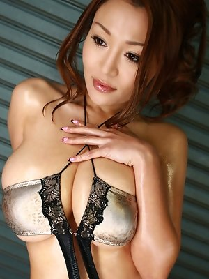 Gorgeous asian babe squeezes her massive boobs in a bikini